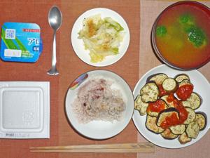 納豆ご飯,茄子のオーブン焼きトマトソース掛け,白菜の漬物,ブロッコリーのみそ汁,ヨーグルト