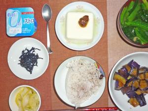 五穀米,昆布の佃煮,白菜の漬物,茄子の生姜炒め,温奴,ほうれん草のみそ汁,ヨーグルト