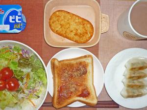 イチゴジャムトースト,サラダ,ハッシュドポテト,餃子,ヨーグルト,コーヒー
