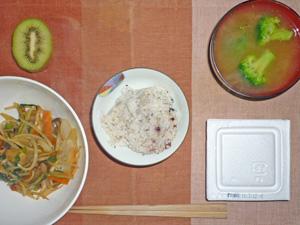納豆ご飯,モヤシとニラのオイスター炒め,ブロッコリーのみそ汁,キウイフルーツ