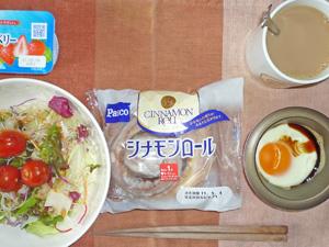 シナモンロール,サラダ,目玉焼き,ヨーグルト,コーヒー