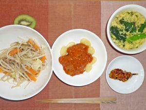 ポテトニョッキのミートソース,肉ともやしの炒め物,焼き鳥,玉子スープ,キウイフルーツ