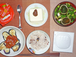納豆ご飯,焼きナスのトマトソース,温奴,長ネギとワカメのみそ汁,ヨーグルト