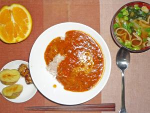 トマトカレー,焼き鳥,蒸しじゃが,玉ねぎとワカメのみそ汁,オレンジ