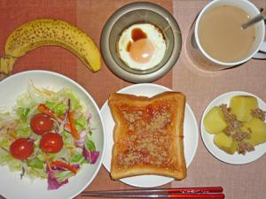 イチゴジャムトースト,サラダ,蒸しじゃがと炒めひき肉,目玉焼き,バナナ,コーヒー