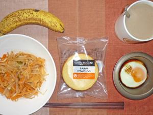 バウムクーヘン,モヤシとキムチの炒め物,目玉焼き,バナナ,コーヒー
