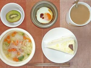 チーズケーキ,野菜たっぷりコンソメスープ,目玉焼き,キウイフルーツ,コーヒー
