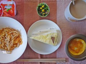 チーズケーキ,モヤシのキムチ炒め,蒸し玉子,ほうれん草のソテー,ヨーグルト,コーヒー