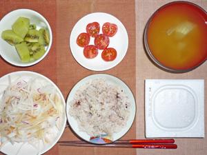 納豆ご飯,大根サラダ,プチトマト,玉ねぎのおみそ汁,キウイフルーツ