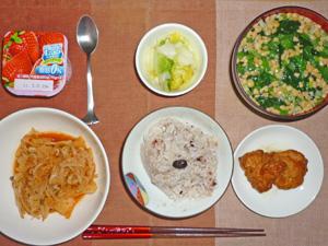 五穀米,鶏のから揚げ,モヤシのキムチ炒め,白菜の漬物,ほうれん草と納豆のみそ汁,ヨーグルト