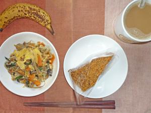 チョコレートケーキ,ニラとモヤシと卵の炒め物,バナナ,コーヒー