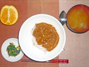 トマトカレーライス,ほうれん草のソテー,玉ねぎのみそ汁,オレンジ