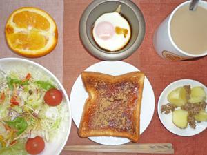 イチゴジャムトースト,ジャガイモとひき肉のソテー,サラダ,目玉焼き,オレンジ,コーヒー