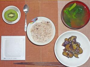 納豆ご飯(五穀米),茄子の生姜煮込み,ほうれん草のみそ汁,キウイフルーツ