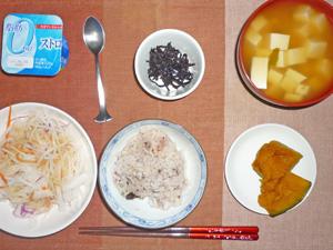 五穀米,昆布の佃煮,大根サラダ,カボチャの煮物,豆腐のおみそ汁,ヨーグルト