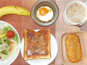 イチゴジャムトースト,ハッシュドポテト,サラダ,目玉焼き,バナナ,コーヒー