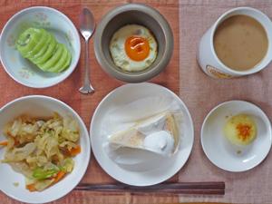 チーズケーキ,蒸し炒め野菜,目玉焼き,蒸しじゃが,キウイフルーツ