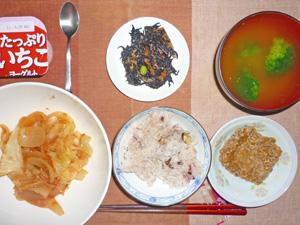 納豆ごはん,玉ねぎと人参のトマト煮込み,ひじきの煮物,ブロッコリーのおみそ汁,ヨーグルト