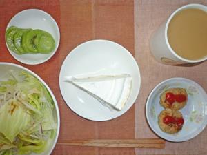 ベイクドチーズケーキ,オニオンサラダ,ハンバーグ,キウイフルーツ,コーヒー