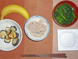 納豆ご飯,焼きナス,ほうれん草のおみそ汁,バナナ