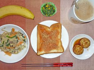イチゴジャムトースト,野菜と卵の炒め物,たこ焼き,ほうれん草のソテー,バナナ,コーヒー