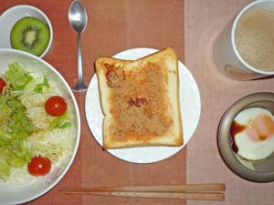 イチゴジャムトースト,サラダ,目玉焼き,キウイフルーツ,コーヒー