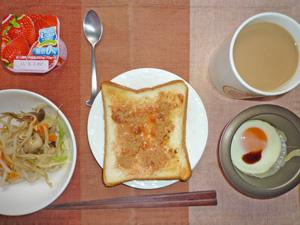 イチゴジャムトースト,温野菜,目玉焼き,ヨーグルト,コーヒー
