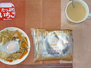 プレミアムロールケーキ,蒸し野菜と目玉焼き,ヨーグルト,コーヒー