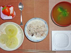 納豆ご飯,蒸し玉ねぎ,ブロッコリーのおみそ汁,ヨーグルト