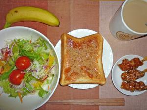 イチゴジャムトースト,サラダ,焼き鳥×3,バナナ,コーヒー
