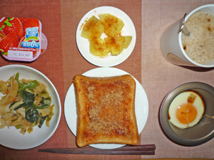 イチゴジャムトースト,温野菜炒め,目玉焼き,蒸しジャガ,ヨーグルト,コーヒー