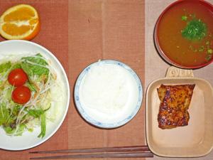 ご飯,パストラミ,サラダ,ブロッコリーのみそ汁,オレンジ