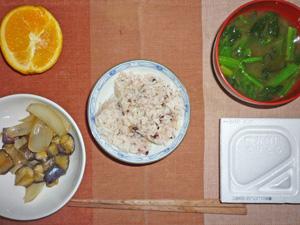 納豆ご飯,茄子と玉ねぎの炒め物,ほうれん草のみそ汁,オレンジ
