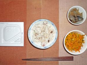 納豆ご飯(五穀米),人参とかぼちゃのマリネ,茄子と玉ねぎの炒め物