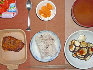 五穀米,焼きナス,パストラミ,人参の煮物,ヨーグルト,わかめの味噌汁