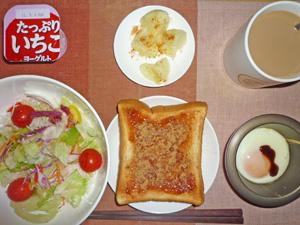 イチゴジャムトースト,サラダ,蒸しジャガ,目玉焼き,ヨーグルト,コーヒー