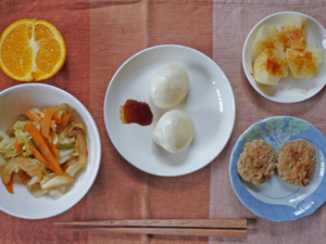 丸餅×2,野菜の蒸し炒め,プチバーグ×2,蒸しジャガ,オレンジ