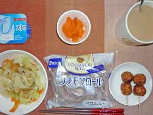 シナモンロール,つくね×2,蒸し野菜炒め,人参のソテー,ヨーグルト,コーヒー