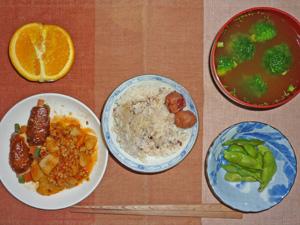 ご飯(五穀米),梅干し,トマト風味肉じゃが,肉野菜巻き,枝豆,ブロッコリーのみそ汁,オレンジ