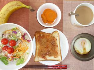 イチゴジャムトースト,サラダ,人参の煮物,目玉焼き,バナナ,コーヒー