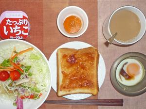イチゴジャムトースト,サラダ,人参の煮物,目玉焼き,ヨーグルト