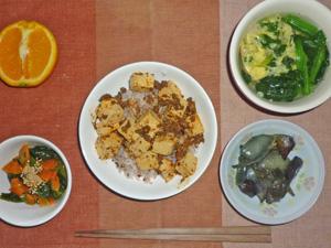 麻婆丼,茄子と玉ねぎの炒め物,ほうれん草と人参の胡麻和え,ほうれん草の中華スープ,オレンジ