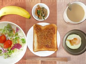 イチゴジャムトースト,サラダ,目玉焼き,ニラともやしのナムル,バナナ,コーヒー
