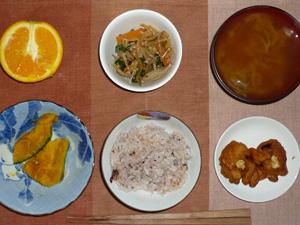 五穀米,鶏の唐揚げ,ニラともやしのナムル,カボチャのミルク煮,玉ねぎのみそ汁,オレンジ