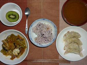 五穀米,キャベツと茄子の味噌炒め,餃子,ワカメのみそ汁,キウイフルーツ