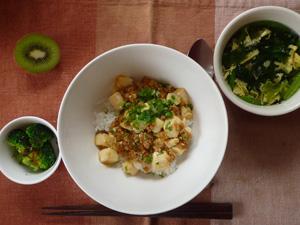 麻婆丼,ブロッコリーのポン酢和え,ほうれん草の玉子スープ,キウイフルーツ