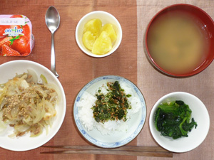 ふりかけご飯,蒸しジャガ,ひき肉と玉ねぎともやしの炒め物,ほうれん草のおひたし,わかめのおみそ汁,ヨーグルト