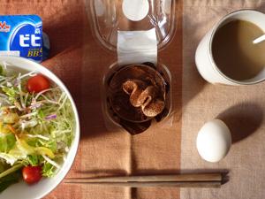 チョコレートケーキ,サラダ,ゆで卵,ヨーグルト,コーヒー