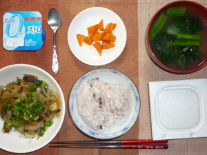 納豆ご飯,茄子と玉ねぎの炒め物,人参のソテー,ほうれん草のおみそ汁,ヨーグルト