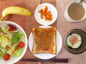 イチゴジャムトースト,サラダ,目玉焼き,人参のソテー,バナナ,コーヒー